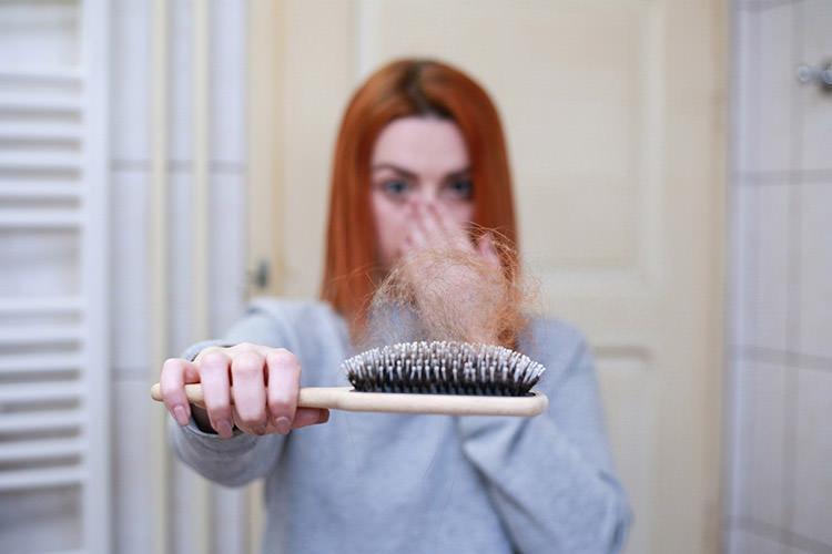 Caduta dei capelli nell'uomo e nella donna. Cause e rimedi ...